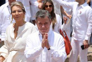 Télam, 07/10/2016 Colombia - El presidente de Colombia, Juan Manuel Santos, fue galardonado con el Premio Nobel de la Paz -por sus decididos esfuerzos para llevar a su fin más de 50 años de guerra civil en el país, una guerra que ha costado la vida a al menos 220.000 colombianos y desplazó cerca de seis millones de personas-, anunció hoy la Real Academia de las Ciencias de Suecia. Foto de archivo: Carlos Silva / Presidencia de la República